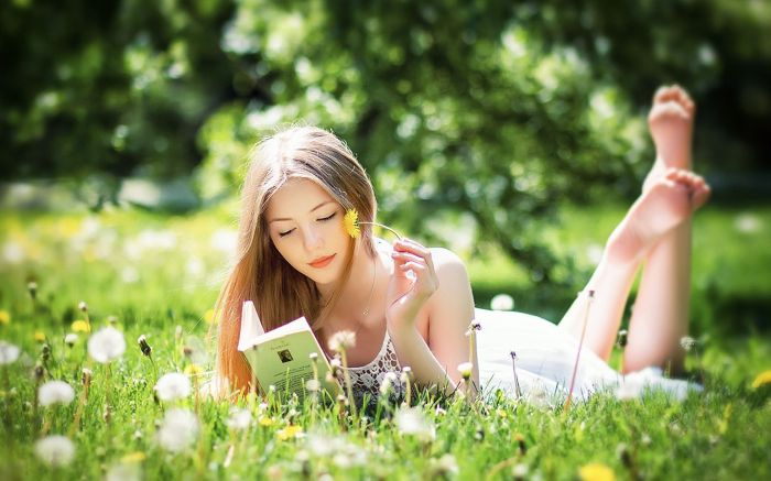Beautiful-Girl-Reading-Book-Wallpaper